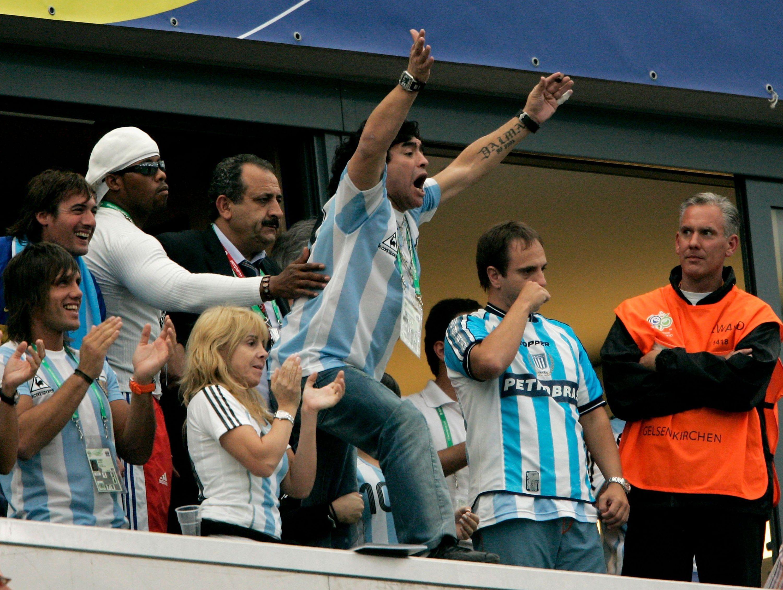 Символ футбола. ФОТО галерея памяти Диего Марадоны - фото 25