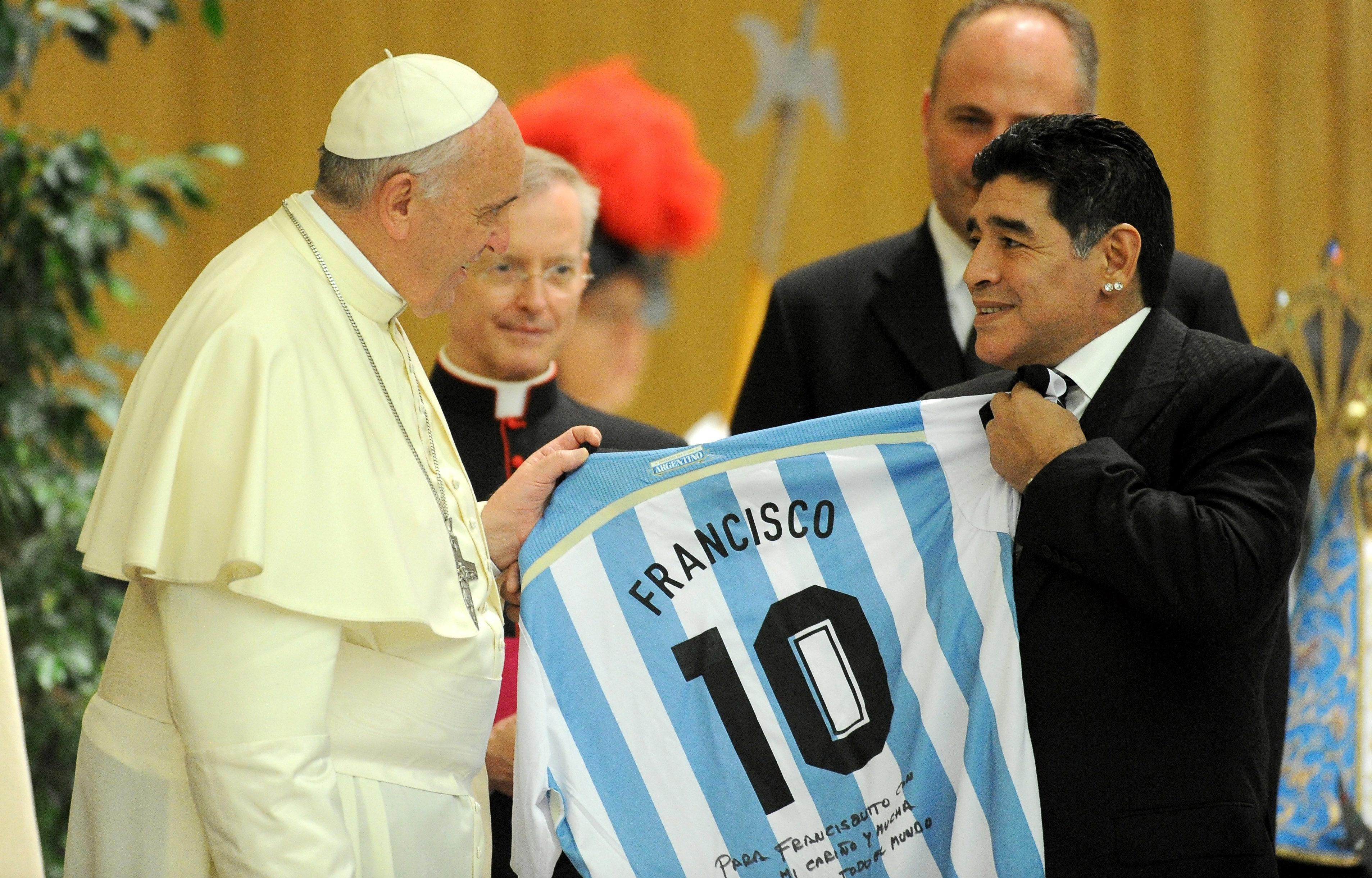 Символ футбола. ФОТО галерея памяти Диего Марадоны - фото 36