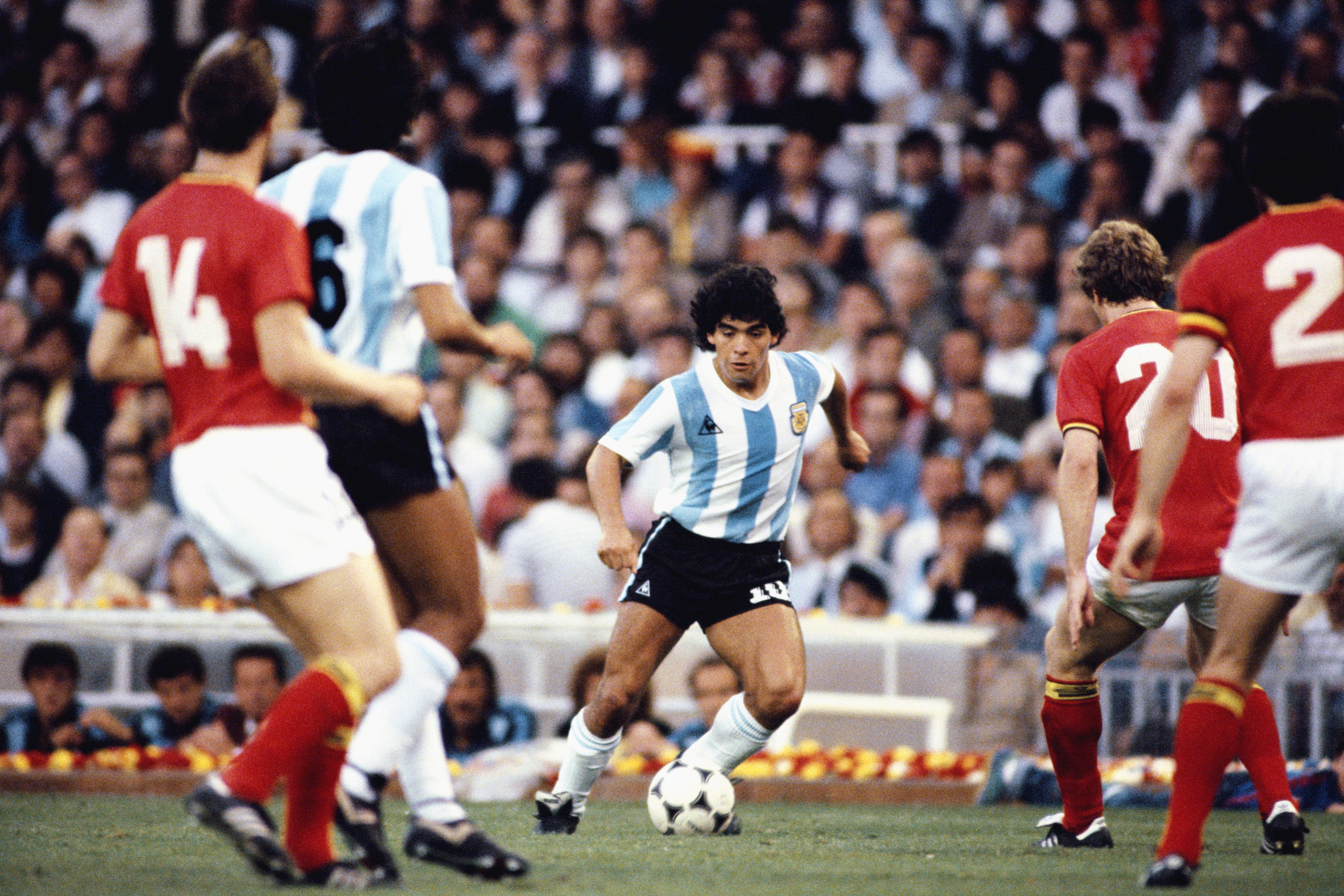 Символ футбола. ФОТО галерея памяти Диего Марадоны - фото 37