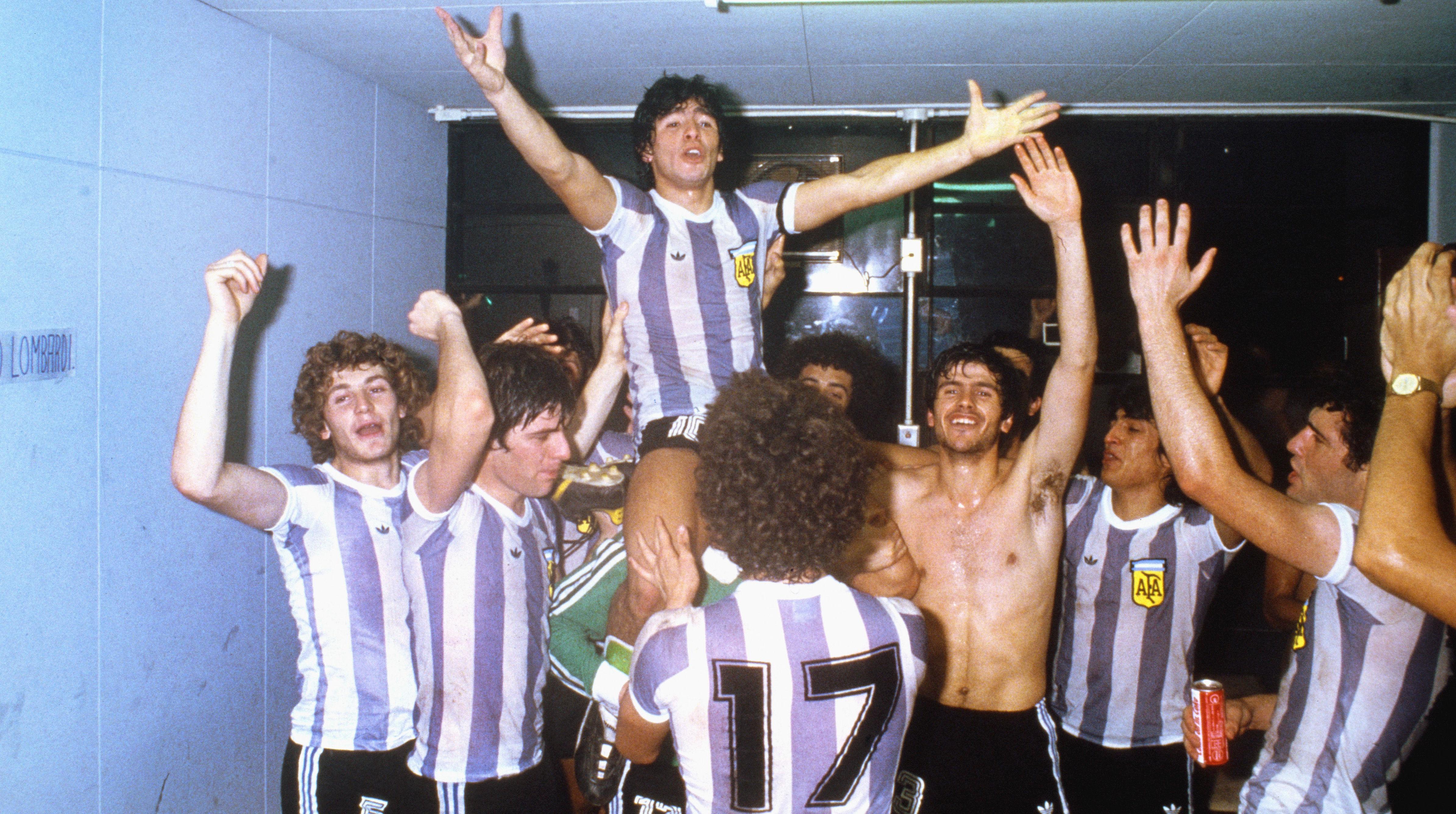 Символ футбола. ФОТО галерея памяти Диего Марадоны - фото 38