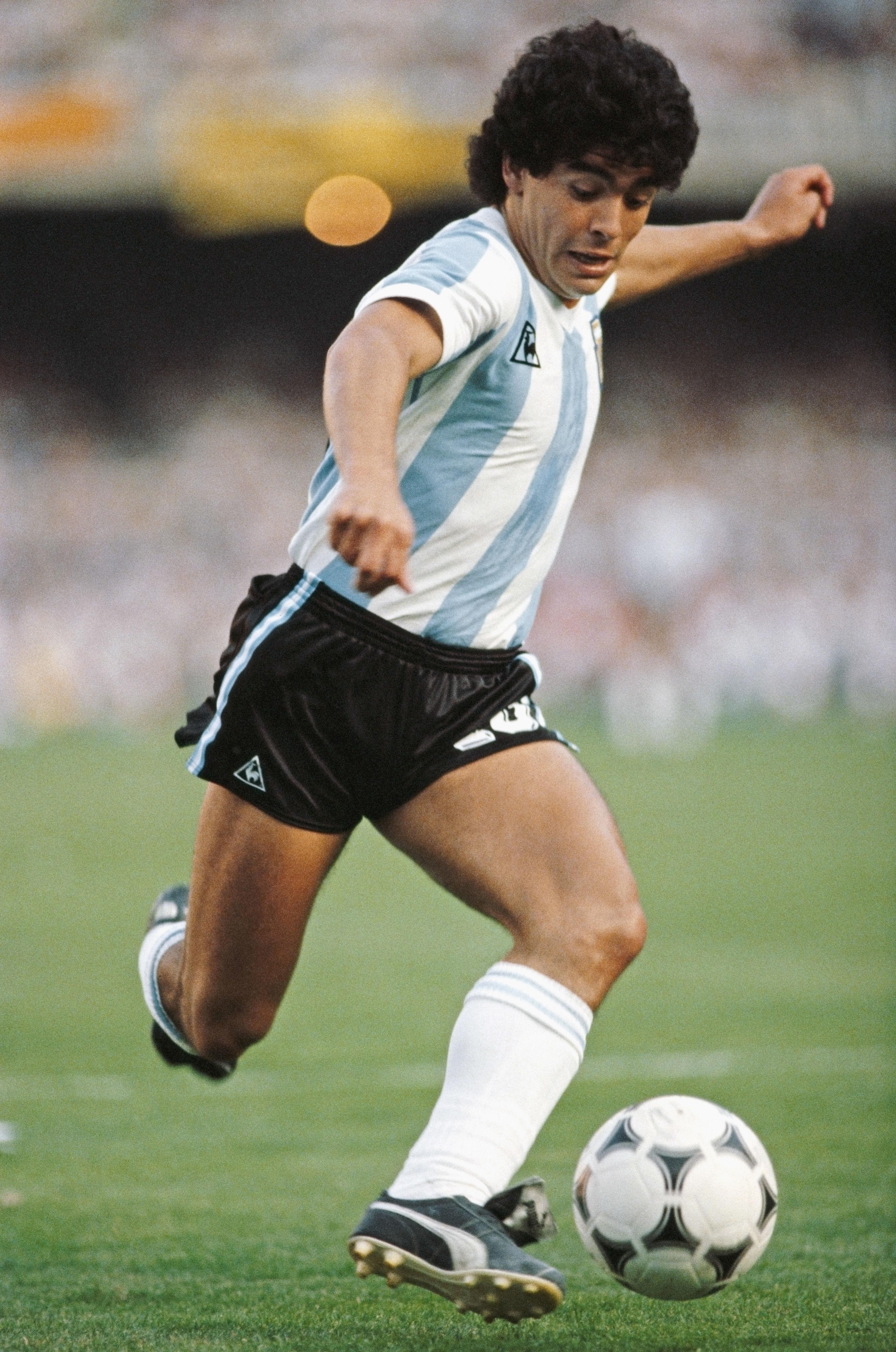 Символ футбола. ФОТО галерея памяти Диего Марадоны - фото 39