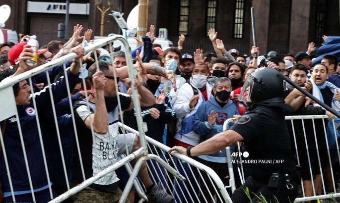 Не успели попрощаться с Марадоной. В Аргентине произошли столкновения с полицией