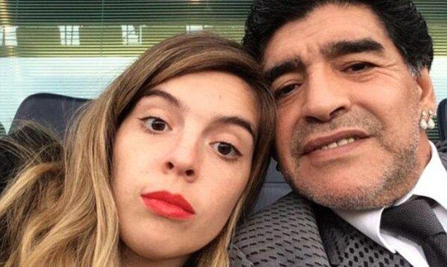 Не сдержала слезы из-за жеста игроков: дочь Марадоны впервые посетила матч Бока Хуниорс без Диего