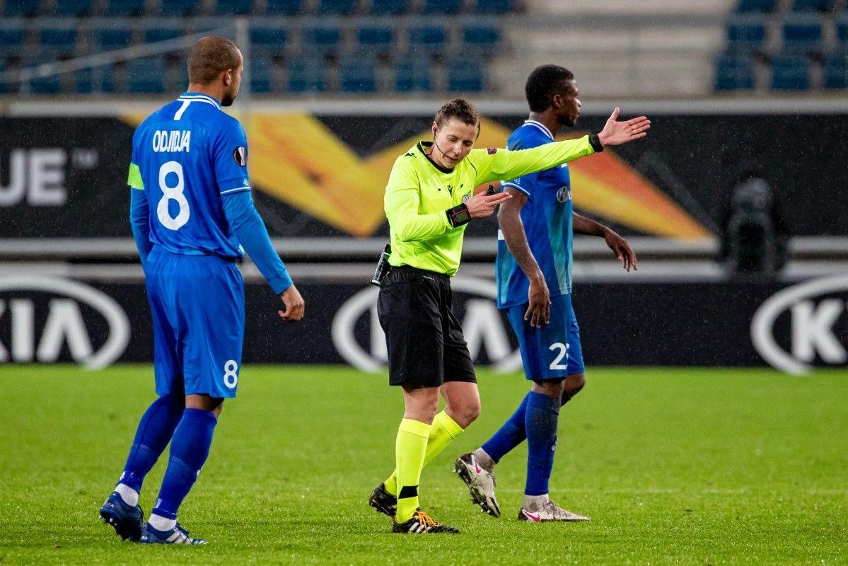 Монзуль / Шурман не знают правил игры в футбол? Украинские арбитры наварили с заменой в матче Гент - Слован - изображение 1