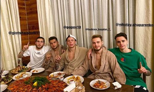 Поход на зимний отпуск игроки Динамо отпраздновали в компании королевских креветок