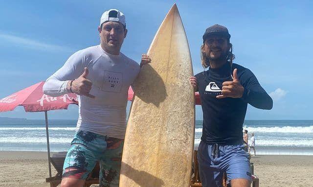Селезнев на Бали попробовал свои силы в серфинге - ВИДЕО