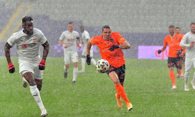 Найдите футболистов на поле: самый снежный матч выходных сыграли в Турции