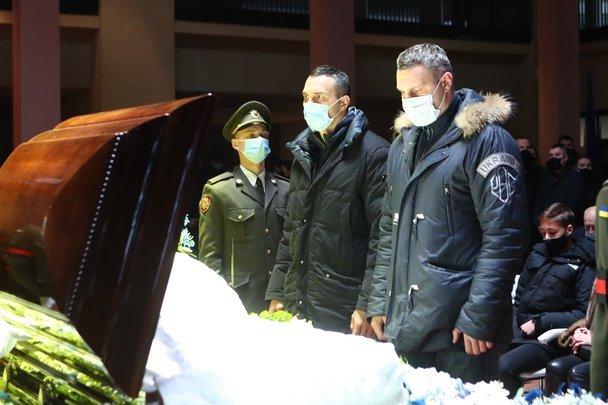 В Киеве похоронили отца Суркисов. Церемонию посетил Ахметов - изображение 3