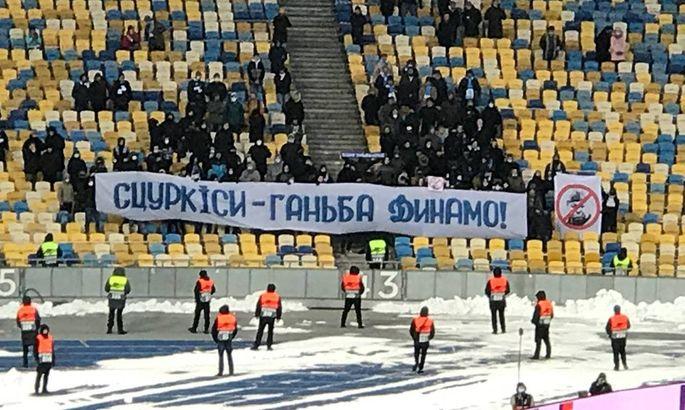 На матче с Брюгге фанаты вывесили баннеры Lucescu - go away и Сцуркиси – позор Динамо. ФОТО
