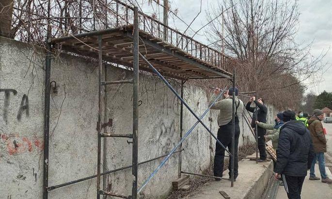 ФОТО, як вболівальники вінницької Ниви будували трибуну поза стадіоном для перегляду матчу