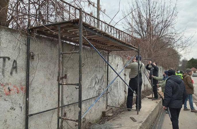 ФОТО, як вболівальники вінницької Ниви будували трибуну поза стадіоном для перегляду матчу - изображение 1