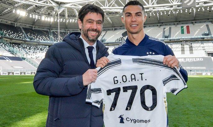 """""""Величайший"""". Роналду получил футболку с количеством своих голов из рук президента Ювентуса"""