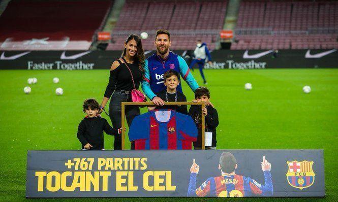 За свой рекорд Месси получил в подарок особую футболку от Барселоны