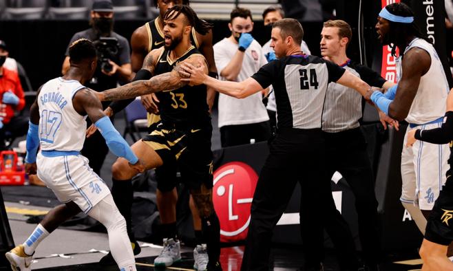 Игроки Торонто и Лейкерс устроили жесткую потасовку во время матча НБА. ВИДЕО