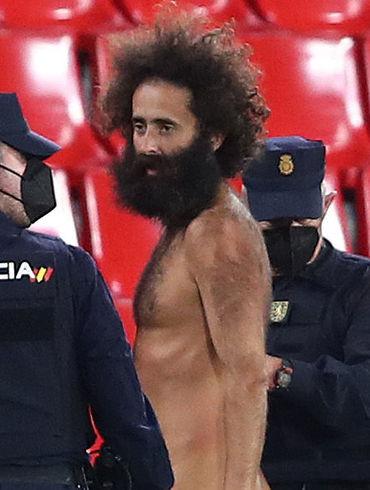 Голый мужчина, который вырвался на поле во время матча Гранады и МЮ. Кто он?