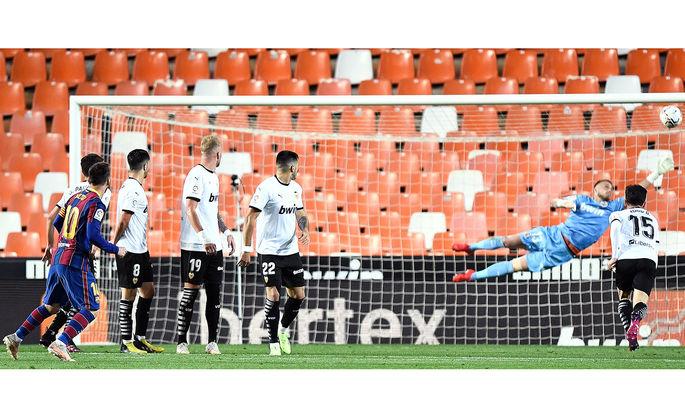 Месси забил юбилейный гол со штрафного, но сравнялся по нереализованным пенальти с Роналду