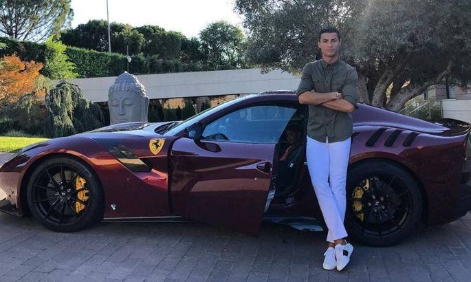 Уехал на новой машине? Роналду пропустил тренировку Юве и посетил завод Ferrari вместе с Аньелли
