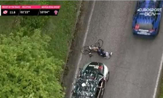 Во время этапа престижной велогонки велосипедиста сбил автомобиль