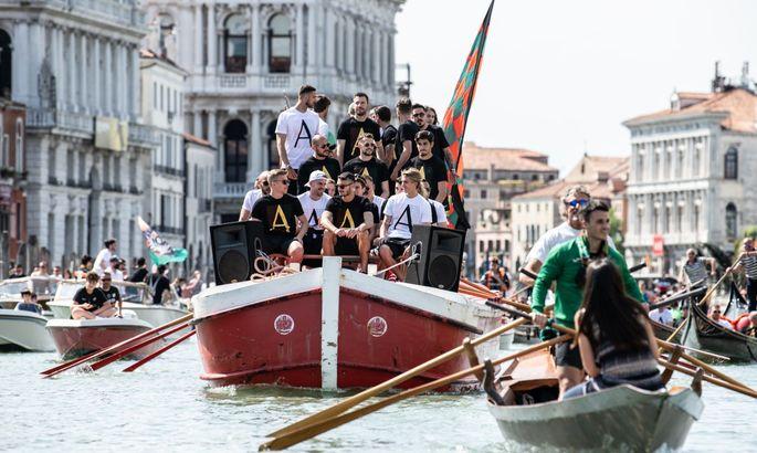 Празднуя промоушн в Серию А: Венеция устроила потрясающий парад на воде