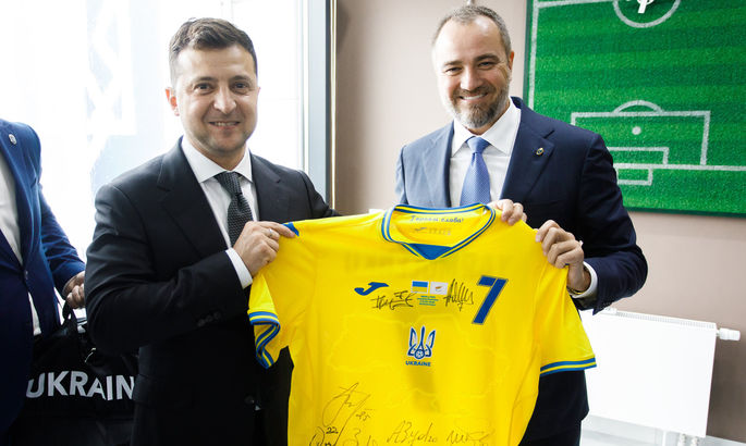Павелко вручил Зеленскому новую форму сборной Украины с автографами игроков и тренеров