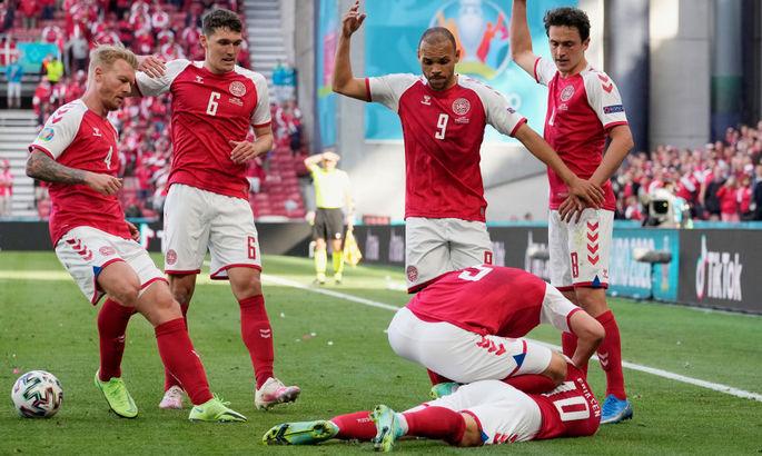 Эриксен потерял сознание, игрока унесли со стадиона. Матч Дания - Финляндия остановлен