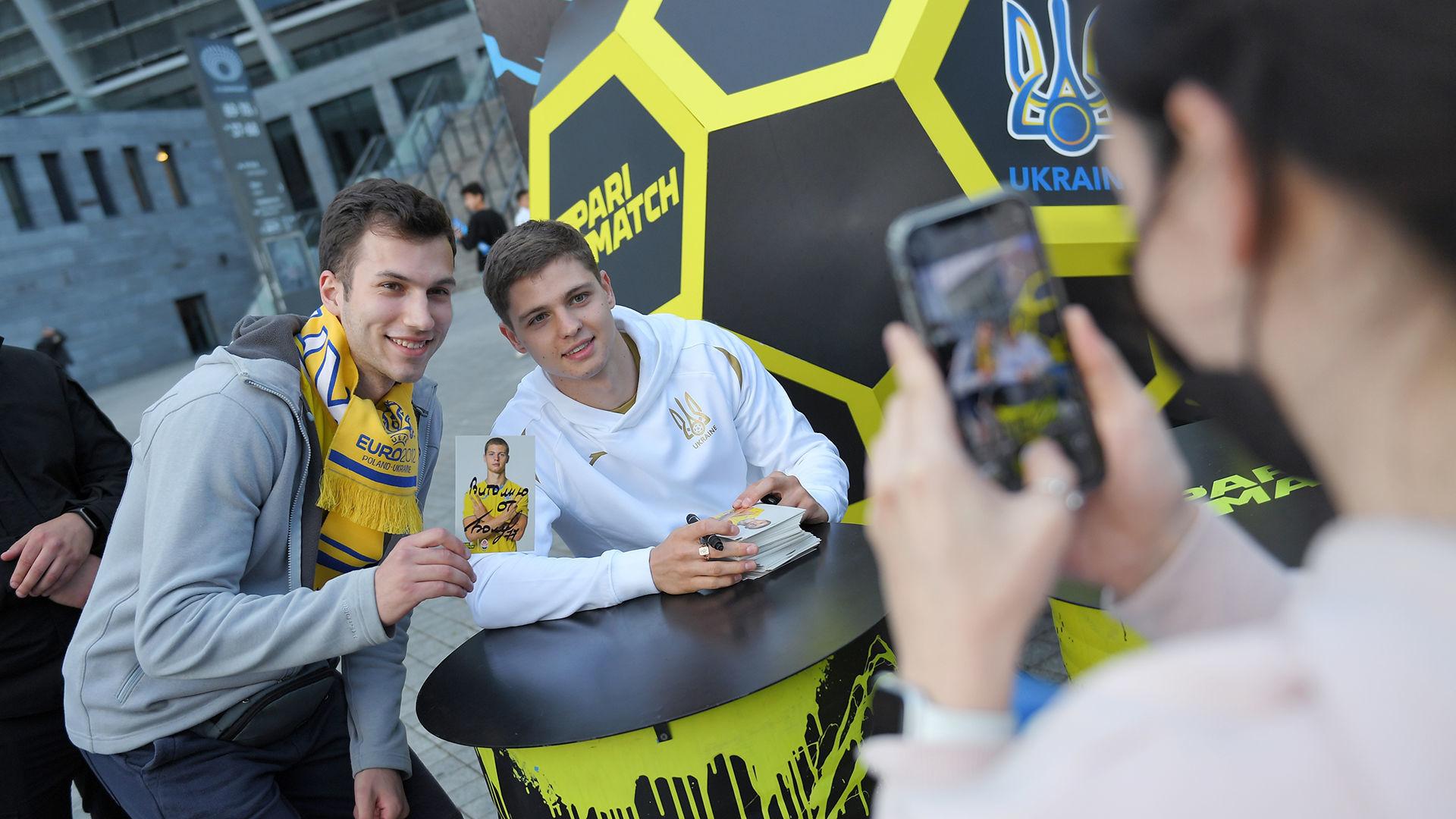 Евро 2020: 10 тысяч украинцев поддержали национальную сборную на Олимпийском - фото 1