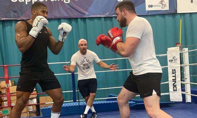 В лагере Джошуа Усика имитирует боксер с одним боем на профи-ринге