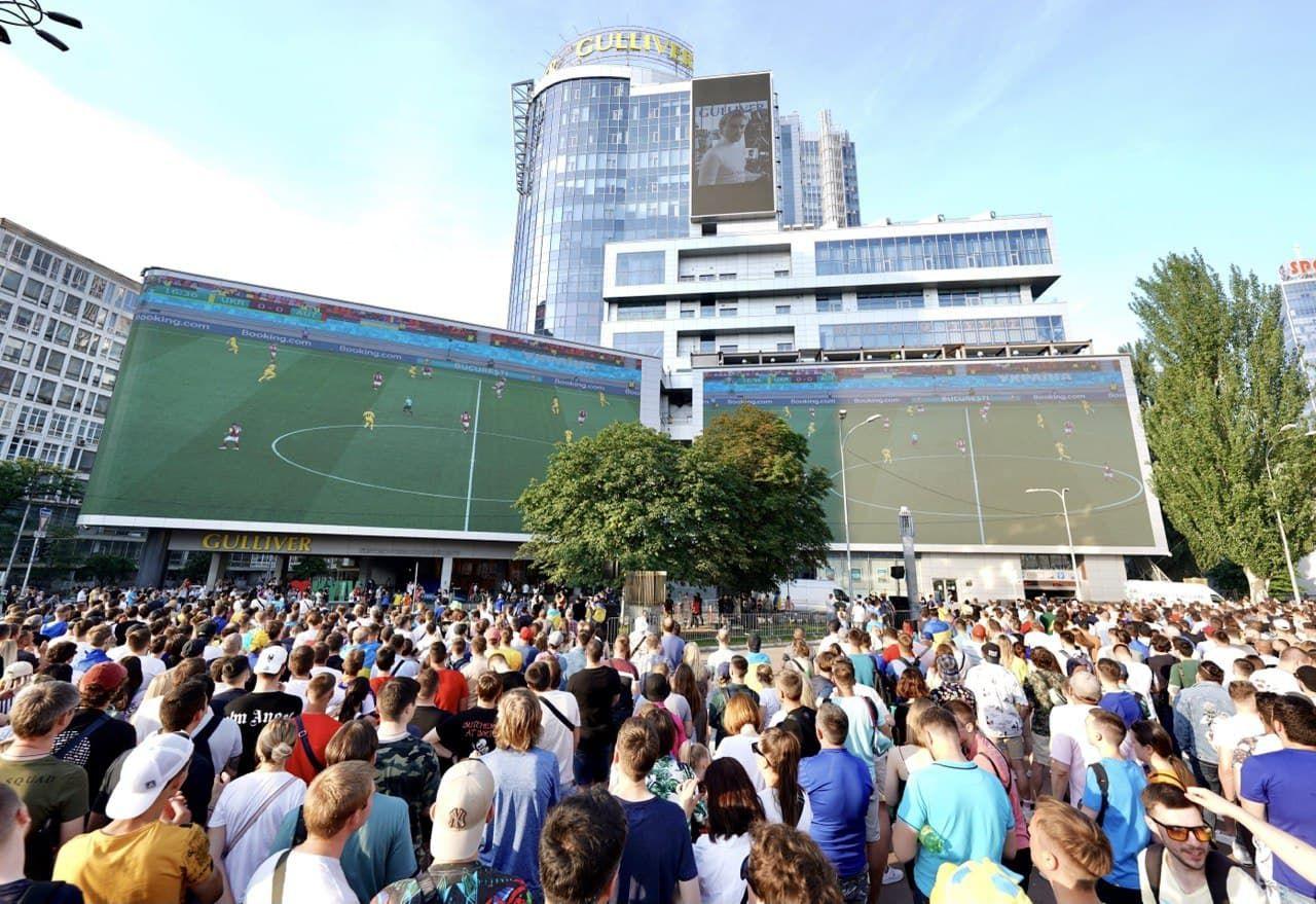 Поддержали сборную: решающий матч Украина - Австрия показали на самом большом экране Европы - изображение 1