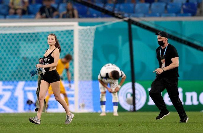 Полуголая красотка выбежала на поле во время матча сборных Финляндии и Бельгии. ФОТО - изображение 1