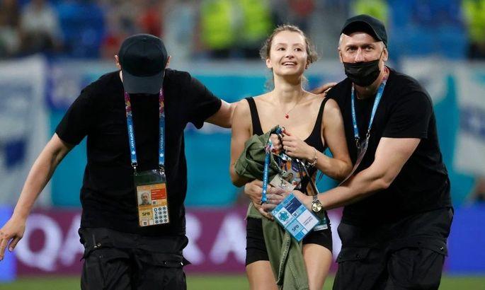 Полуголая красотка выбежала на поле во время матча сборных Финляндии и Бельгии. ФОТО - изображение 2
