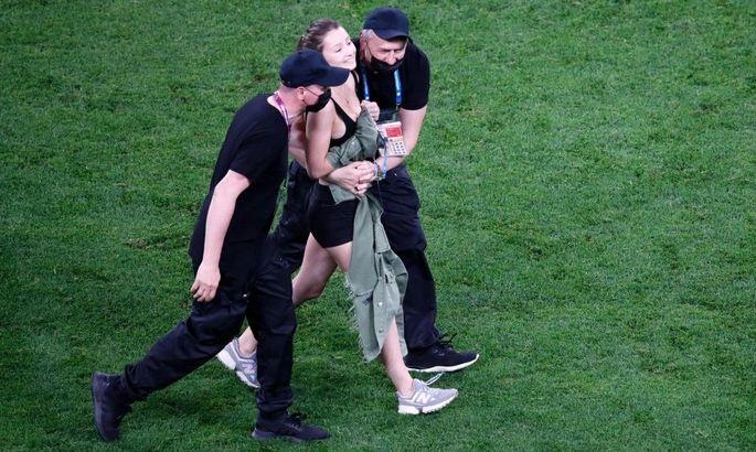 Полуголая красотка выбежала на поле во время матча сборных Финляндии и Бельгии. ФОТО - изображение 3