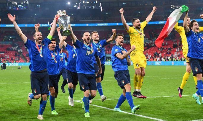 Сборная Италии после победы на Евро-2020 эмоционально исполнила гимн в автобусе