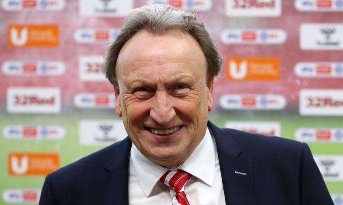 Известный английский менеджер удивил фанатку, вручив заготовленную карточку с автографом из своей сумки