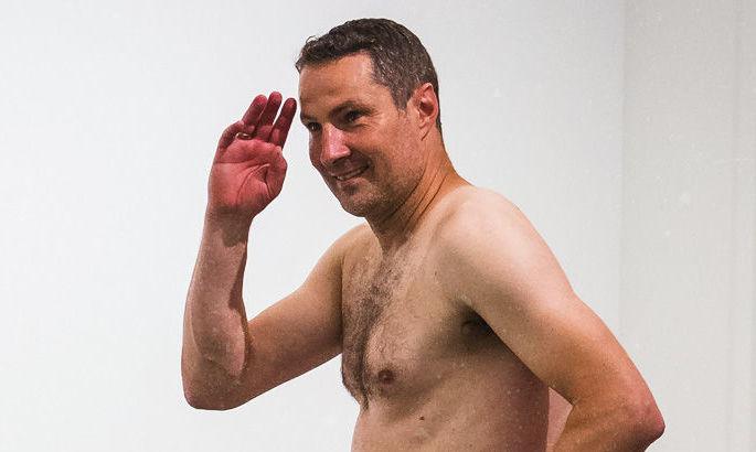 Главный тренер Антверпена пришел голым на пресс-конференцию после выхода клуба в Лигу Европы
