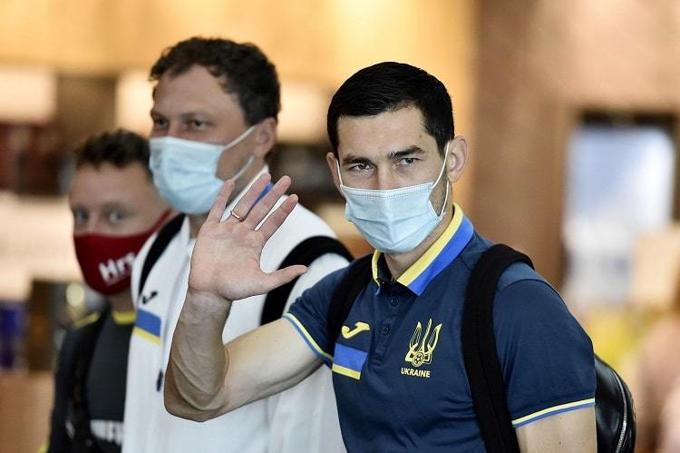Сборная Украины вылетела в Казахстан. Яремчук и другие легионеры присоединятся к команде вечером - изображение 6