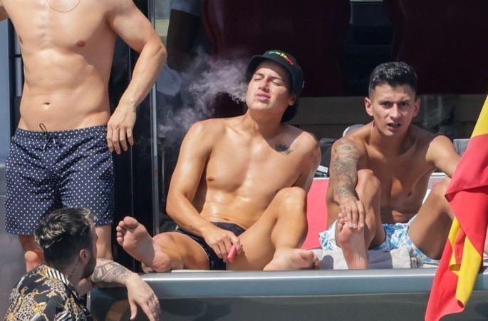 Звезда АПЛ расслабляется на роскошной яхте с сигаретой в компании ярких красоток. ФОТО - изображение 2