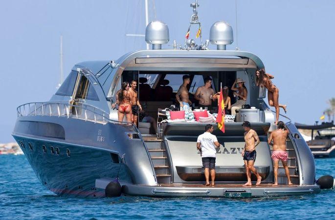 Звезда АПЛ расслабляется на роскошной яхте с сигаретой в компании ярких красоток. ФОТО - изображение 5