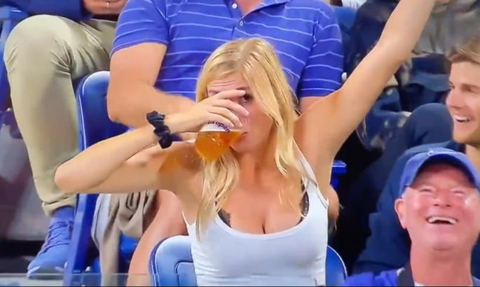 Красотка прославилась на весь интернет, выпив два бокала пива на теннисном матче. ВИДЕО