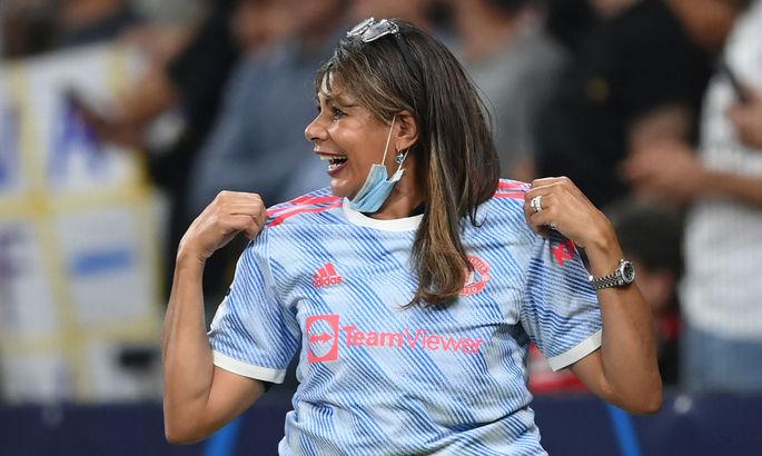 Роналду подарил футболку девушке-стюарду, в которую он попал мячом на разминке перед матчем