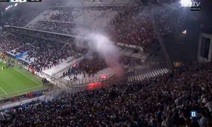 Матч Марсель – Галатасарай приостановили из-за фанатов. Они кидали друг в друга фаеры